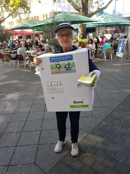 """Karin Mast im """"Kartonkleid"""" (Platzbedarf eines Fußgängers) Werbung für die Aktionswoche auf dem Neumarkt"""